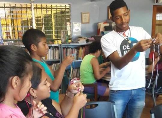 taller confeccion pulseras por estudiante joel aranda